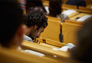 Mann in Vorlesungssal